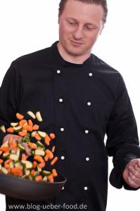 Bernd beim Gemüse schwenken