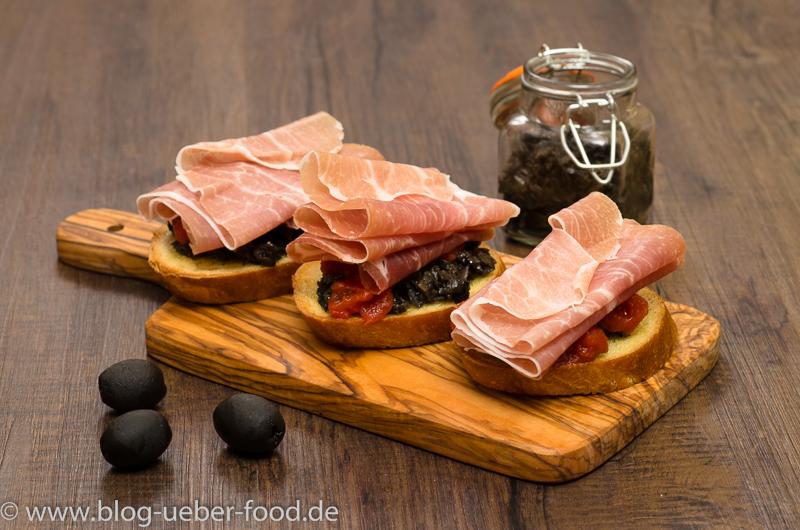 Bruschette mit Tapenade und Parmaschinken