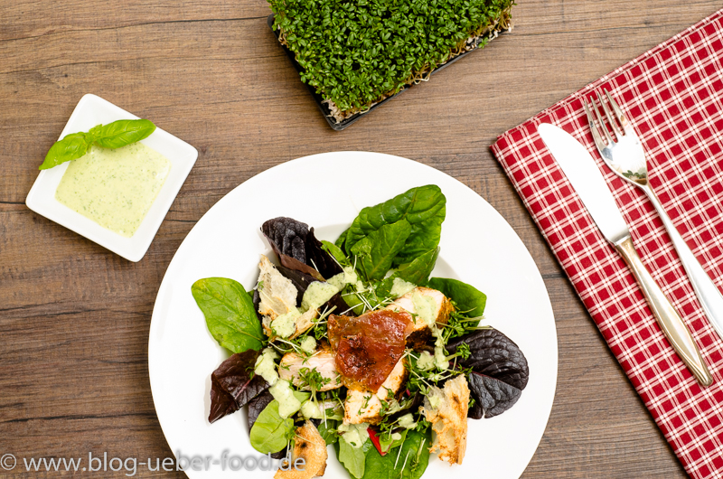 Salat mit Putenfilet und Basilikum-Sauce