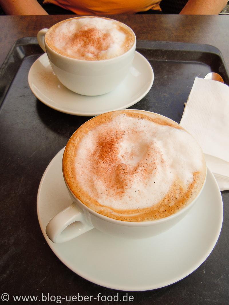 Cappuccino mit weißen Bergen