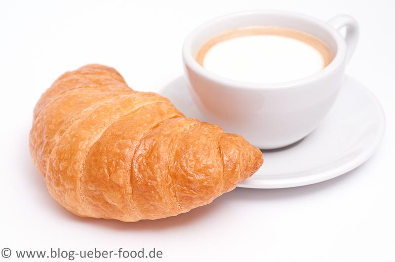 Cappuccino mit Croissant
