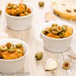 Mit Paprika gebratene Hühnerbrust mit Oliven