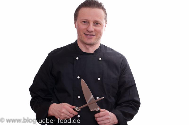 Bernd der Koch schärft sein Küchenmesser