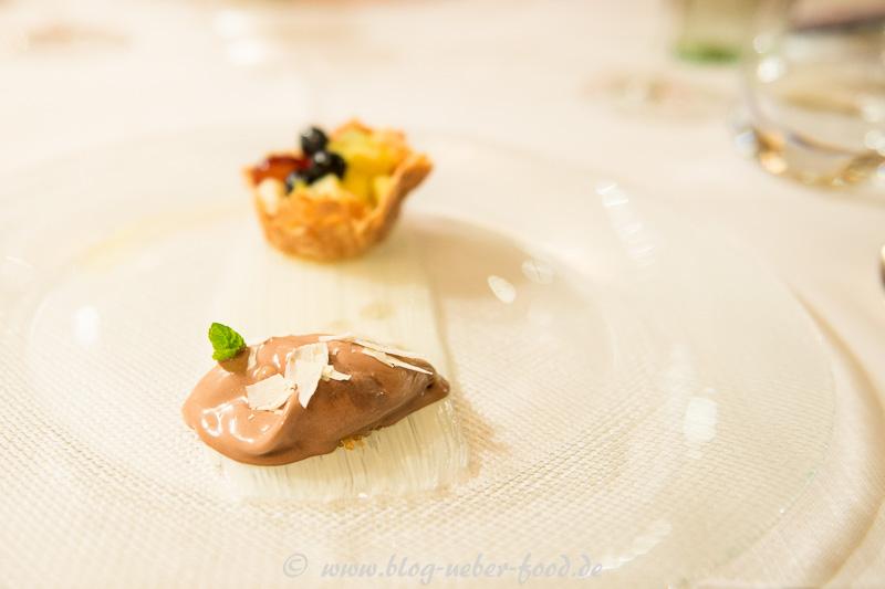 Obstsalat im Krokantkörbchen mit hausgemachten Schokoladeeis