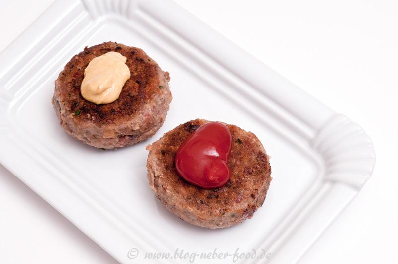 Zwei Frikadellen mit Senf und Ketchup