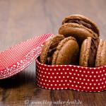 Macarons mit Kakao und Schokolade