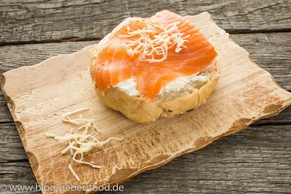 Brötchen mit Käse, Lachs und Meerrettich