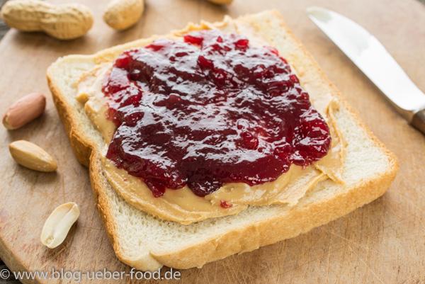 Weißbrot mit Erdnussbutter und Marmelade