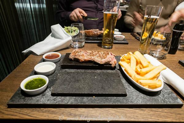Rib-Eye-Steak auf heißem Stein
