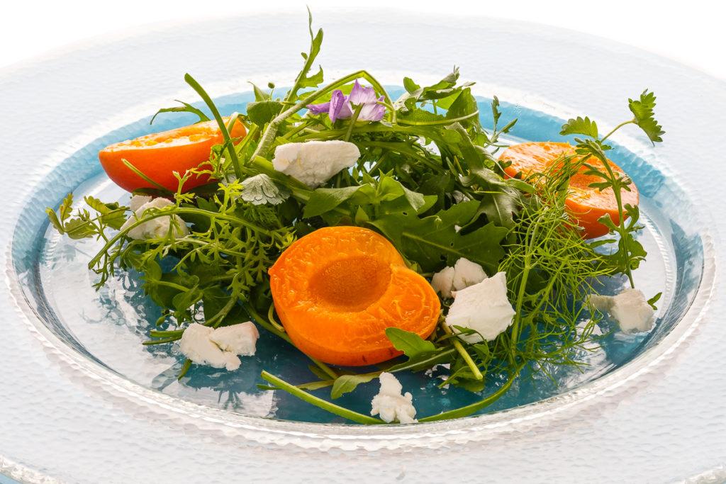 Sommersalat mit Wildkräuter und Ziegenkäse